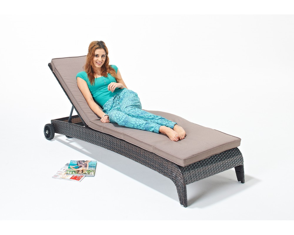 curved-base-rattan-sun-lounger (1)